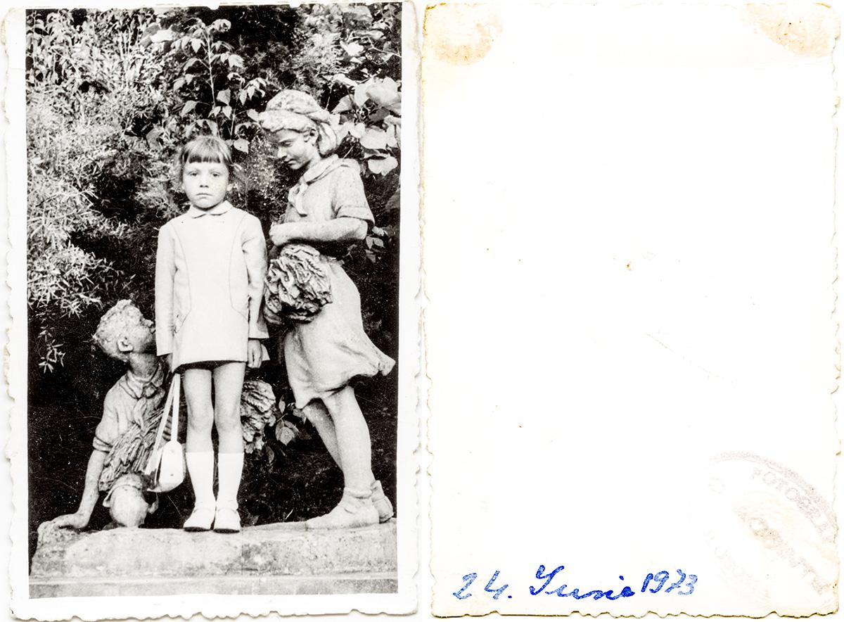 Copil între statui, Parcul Ialomița, Slobozia. 24 iunie 1972 Fotograf C. Acsinte Slobozia Din arhiva personală Carmen Botoșaru